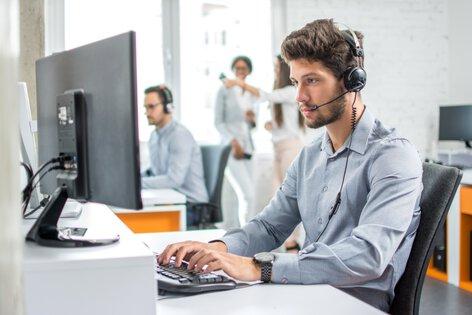 Pessoa do suporte técnico a trabalhar
